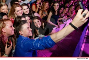 04-08-14-jesse-mccartney-selfie-sub-3